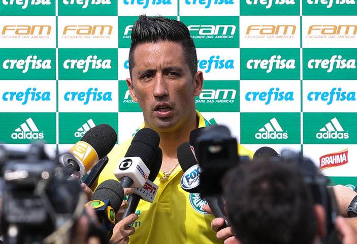 O atacante Lucas Barrios concedeu entrevista coletiva após o treino em Atibaia (10). (Cesar Greco/Ag Palmeiras/Divulgação)