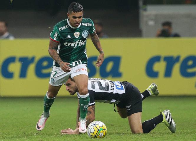 Após o empate, o atacante Dudu comemorou a liderança mantida. (Cesar Greco/Ag Palmeiras/Divulgação)