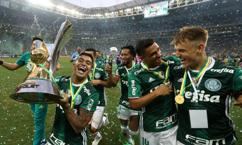 Capitão Dudu foi o encerregado de erguer a nona taça de campeão brasileiro da história do Palmeiras. (Cesar Greco/Ag.Palmeiras/Divulgação)