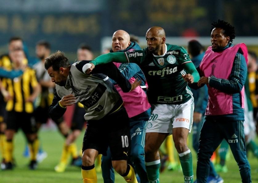 Felipe Melo se defendeu e deu soco em Matias Mier na briga de Peñarol x Palmeiras. (REUTERS/Andres Stapff)
