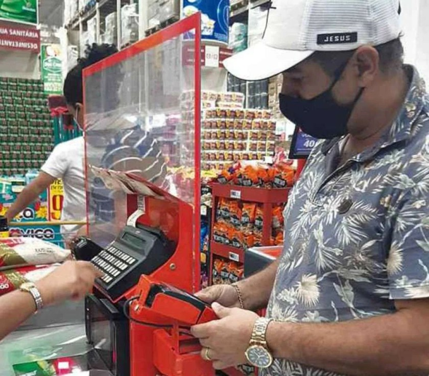 Credit card in action at the supermarket: for the consumer, the risk is to see the debt turn into a snowball - (credit: Fernanda Fernandes/Esp. CB/DA Press)