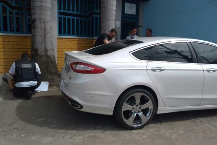 Policiais civis periciaram o carro do empresário