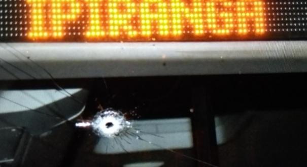 Marca de tiro em ônibus Alvorada, que passava pela Rodovia do Sol, em Setiba, Guarapari