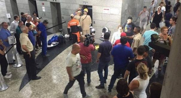 Elevador despenca em edifício no Centro do Rio
