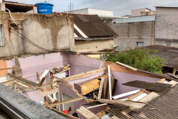 Três pessoas ficam feridas durante temporal em Linhares. As casas das vítimas foram atingidas por uma parede do imóvel dos fundos, derrubada com a ventania