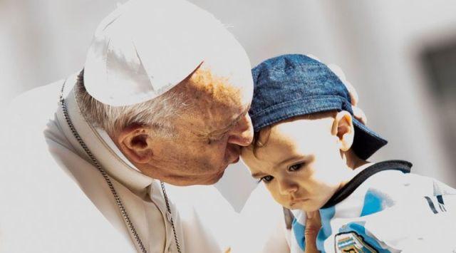 Papa Francisco: El pesebre y el árbol de Navidad portan la luz y ternura de Dios
