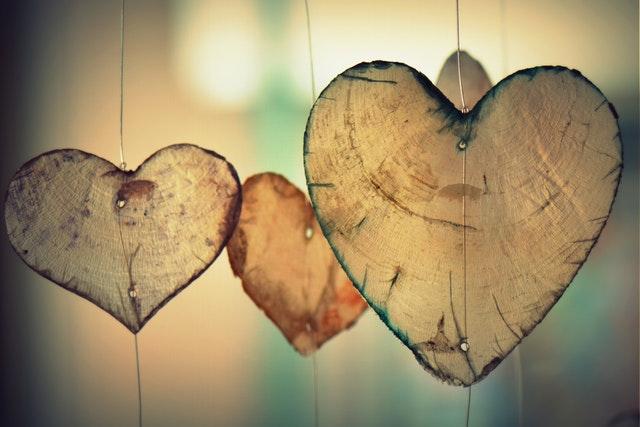 hanging-heart-romance-37410.jpg