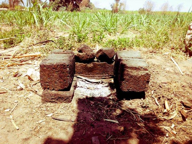 كانون، هذه الأحجار نسميها بهذا الاسم، دورها اعداد فرن أو سخان بدائي جدًا لاعداد الشاي أو تسخين وطهي أي طعام