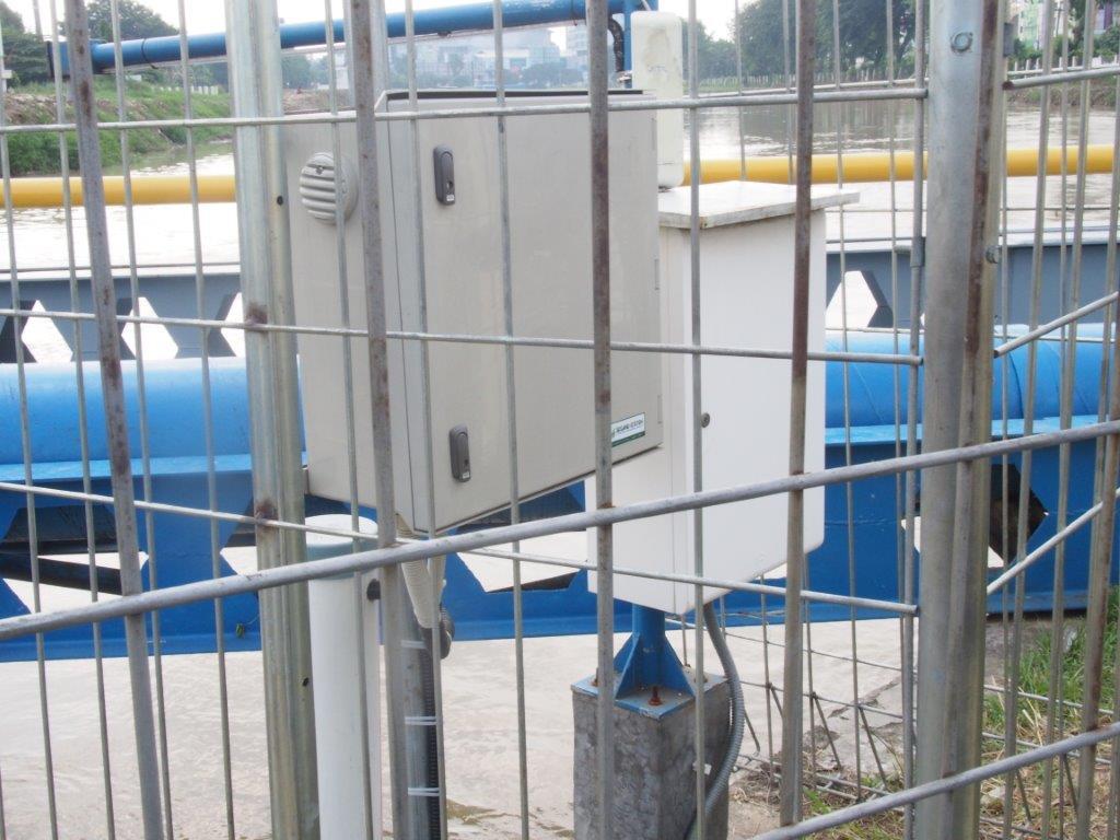 インドネシアベカシ用水路に設置した水質計