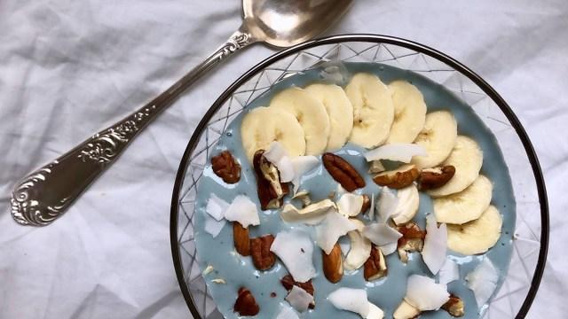 水色のスムージーにバナナやココナッツやナッツ