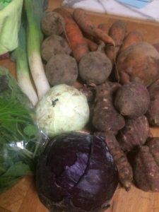 veg bag contents cabbage carrots leeks beetroot salad leaves jerusalem artichokes midorgreen.co.uk