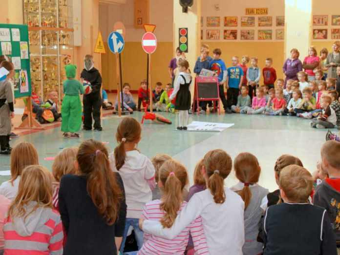 2013-10-09-apel-podsumowujacy-akcje-bezpieczna-droga-do-szkoly@SP14@Glogow-(fot.D.Jeczmionka)-01-