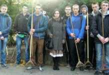 2013-11-04-uczniowie-Mechanika-troszcza-sie-o-cmentarze@Glogow-01-