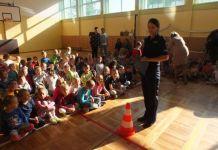 2015-09-28 Policjanci przypominali dzieciom o zasadach bezpieczeństwa (fot. KPP Głogów)