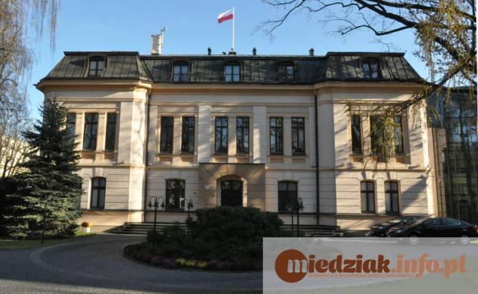 Budynek Trybunału Konstytucyjnego z flagą (fot.A.Jankiewicz)