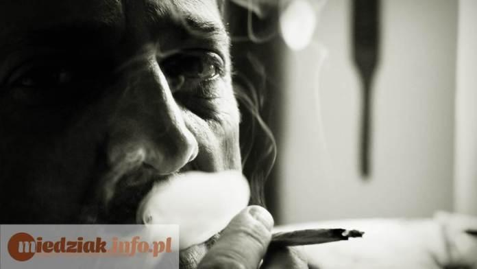 Miedziak.info.pl mężczyzna palący papierosa uzależnienie mroczne