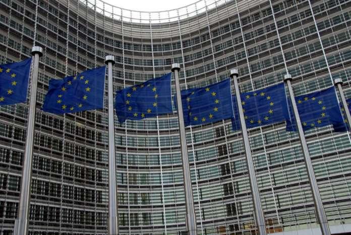 ZDJĘCIE: flagi Unii Europejskiej na tle budynku Berlaymont
