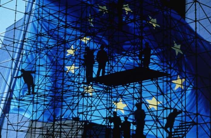 ZDJĘCIE: flaga Unii Europejskiej na tle rusztowania
