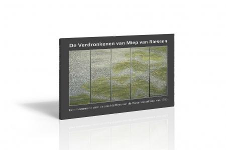 Omslag van het boek De Verdronkenen van Miep van Riessen over het monumentale kunstwerk De Verdronkenen en de totstandkoming en achtergronden ervan. Het boek is uitgegeven bij de onthulling van De Verdronkenen in het Watersnoodmuseum in Ouwerkerk ter gelegenheid van de 65-jarige herdenking van de Watersnoodramp 1953. foto © Marijn Wandel