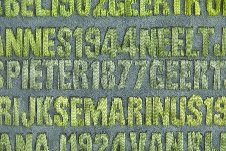 De Verdronkenen (2003-2008). Detail van het werk in wording. met een lederen vingerhoeje, de DMC-garens en aantekeningen van de kunstenares op de rand van het doek.Vijf panelen met de namen van alle 1836 slachtoffers van de Watersnoodramp van 1 februari 1953. Monumentaal werk van Miep van Riessen in acryl en garens op doek - 134 x 236,8 cm. StichtingMiepvanRiessen foto © Jan van de Ven  4238x2815 pixels