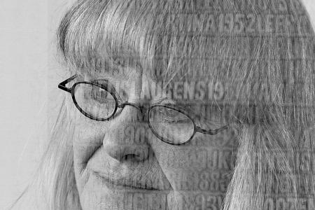 Portret in dubbelopname van Miep van Riessen: de kunstanres en de namen in haar belangrijkste werk: De Verdronkenen. Het monumentale werk is onthuld bij de 65-jarige herdenking van de Watersnoodramp 1953 in het Watersnoodmuseum in Ouwerkerk.  foto © Aad Holkamp