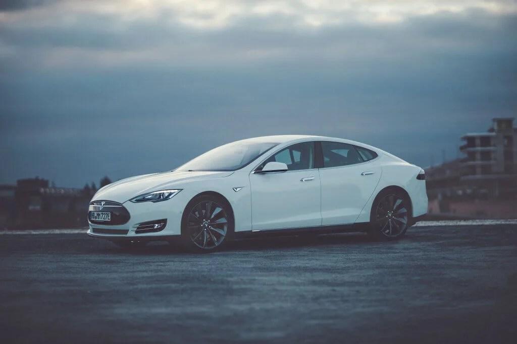 Tesla Model S85 mieten in Bremen seite bei Nacht