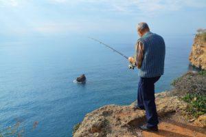 pêche de l'extreme en haut d'une falaise