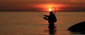 Pêcheur les pieds dans eau