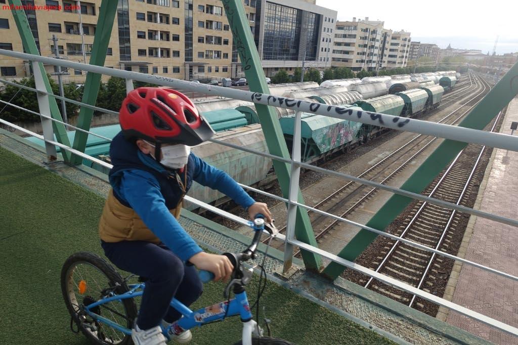 Pasarela peatonal sobre las vías del tren
