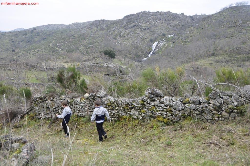 Las paredes de piedra delimitan el camino