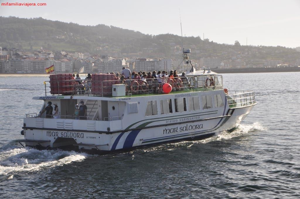 Embarcación con pasajeros hacia las Islas Ons