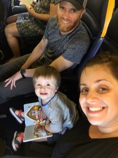 In the plane with mom and dad! Dans l'avion avec papa et maman!