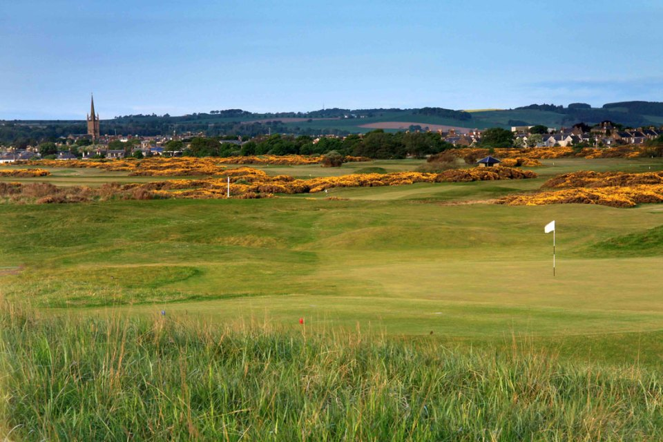 Montrose Medal Golf Course is a classical Scottish links. It was built in 1562 and is considered the fifth oldest golf course in the world.