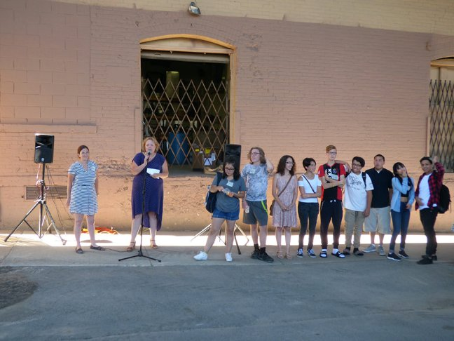 Escuela-Verd-students-and-mural-25