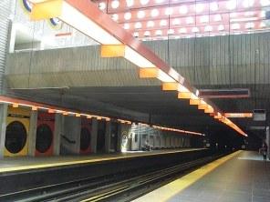 Station Préfontaine, lumineuse (quai en direction d'Angrignon)