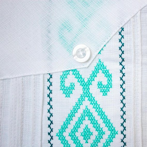 Guayabera bordada con detalles azul