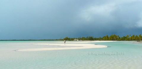 Après plusieurs heures de marche, on approche du village abandonné de Otepipi (Atoll d'Anaa)