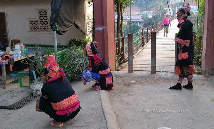 Femmes de l'ethnie Akha à Muang Khua (Laos)