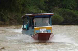 Une pirogue à moteur remonte la Nam Ou (Laos)