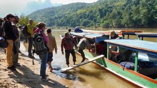 Pirogue à moteur remontant la Nam Ou vers Muang Khua (Laos)