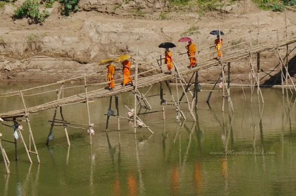 Passerelle en bambou sur la Nam Kha (Laos)