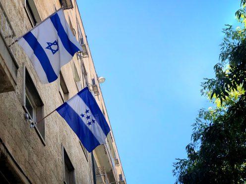 Bandera de Honduras en la Oficina de Cooperación en Jerusalén