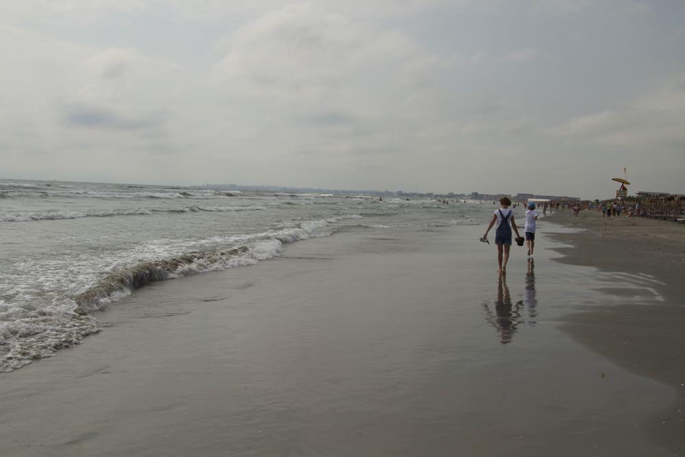 Plimbare pe plajă