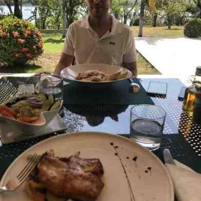 foto en el restaurante, se ve la mesa y los platos con la comida.
