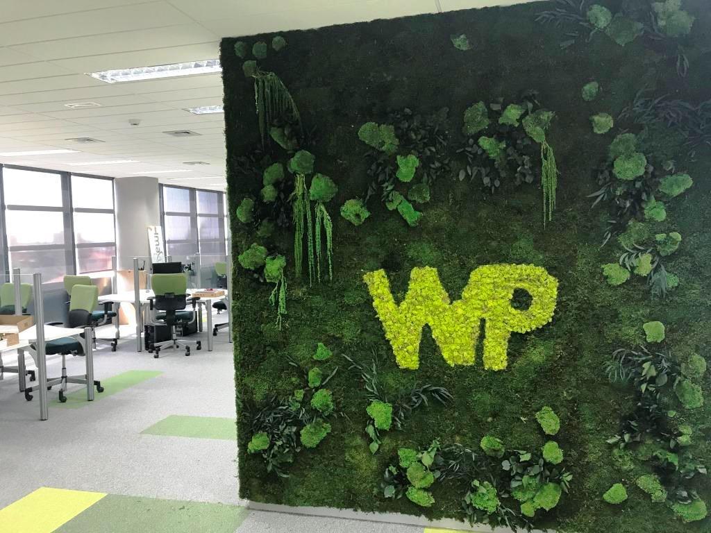 Jardin vertical preservado con Logo en Oficina
