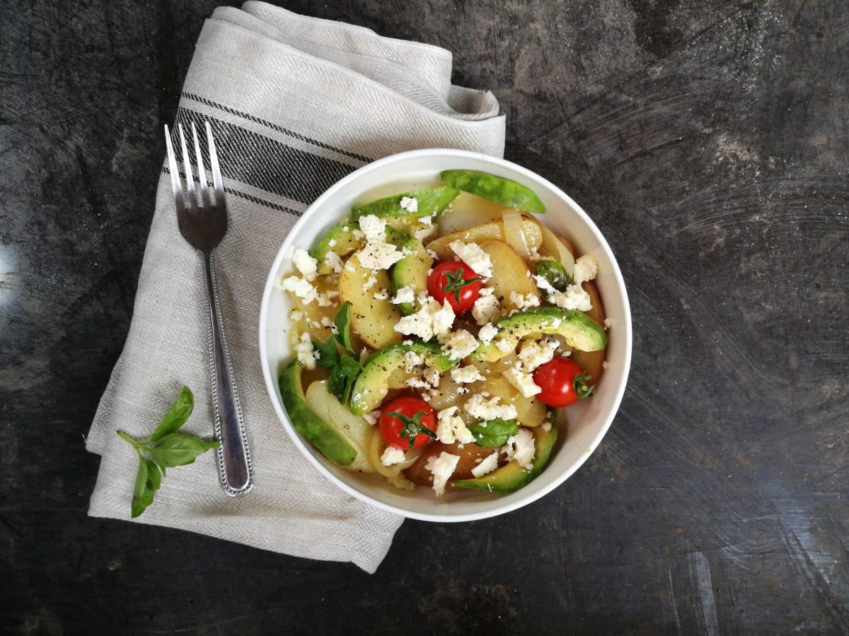 avocado, met rode krieltjes, gestoofde ui en feta