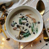 paddenstoel-spinaziesoep met olijven
