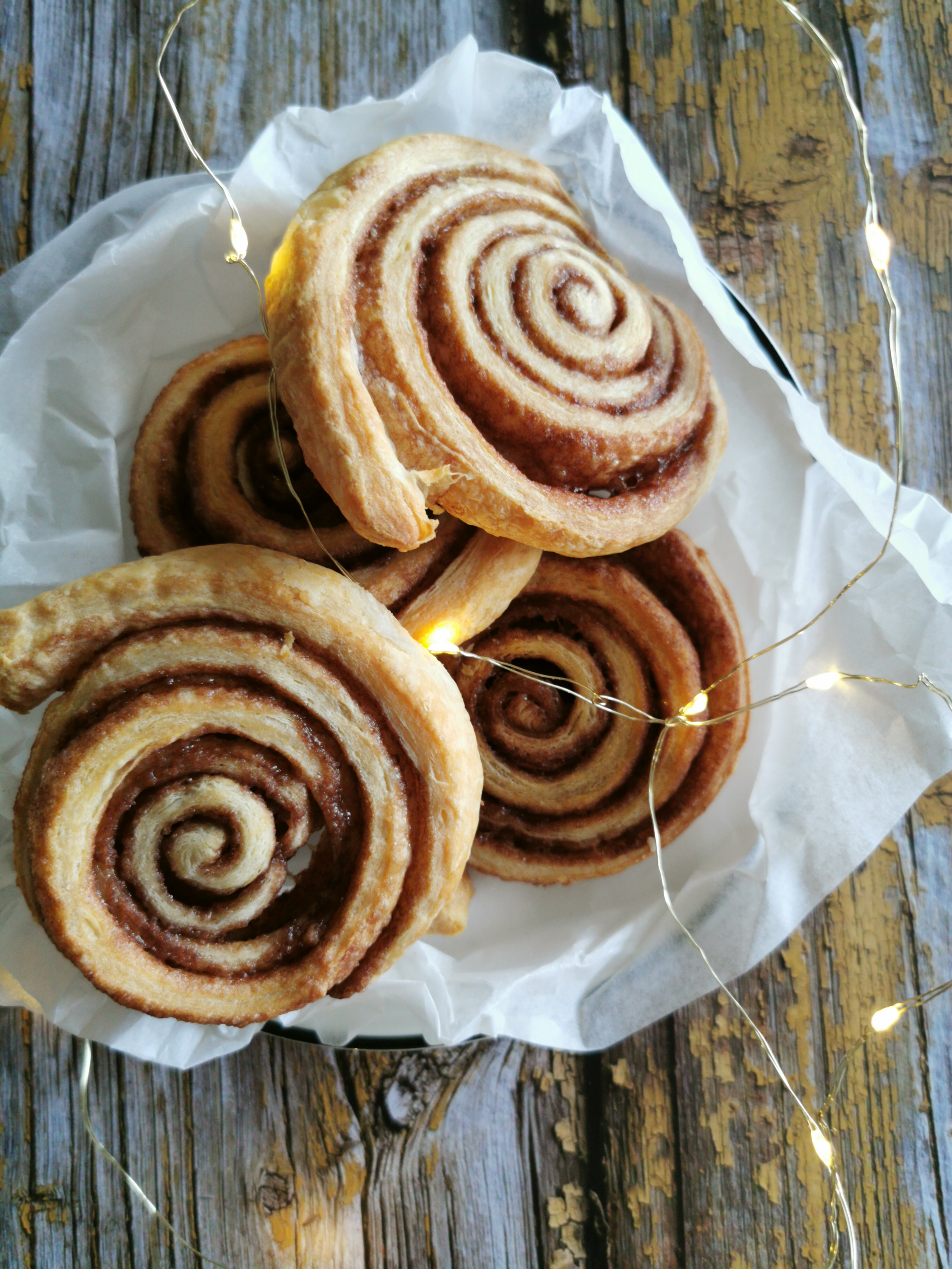 cinnamon rolls – swirls, of kaneelbroodjes
