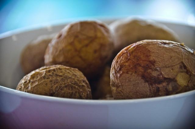 Papa arrugadas, czyli ziemniaki gotowane w morskiej wodzie, w mundurkach...