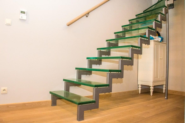 Szklane schody na ciągle niezagospodarowany strych to jeszcze pomysł taty. Wyglądają tak magicznie, że ciężko wytłumaczyć dzieciakom że mają na nie nie wchodzić :)